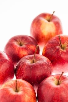 Zamknij się na stos czerwonych jabłek na białym tle