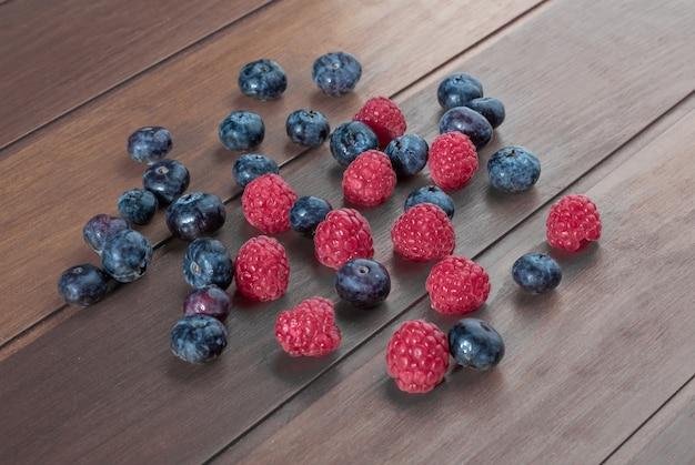 Zamknij się na stosie jagody i maliny