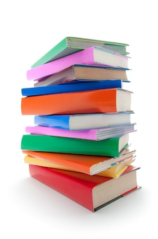 Zamknij się na stosie kolorowych książek na białym tle