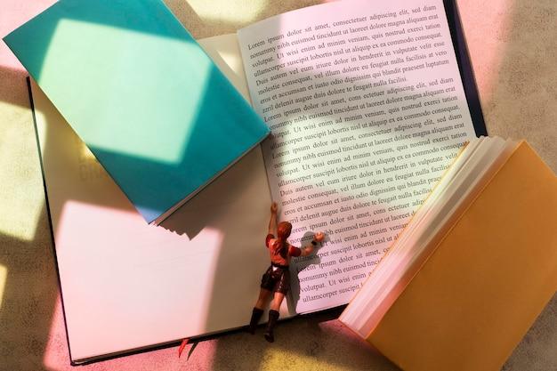 Zamknij się na stosie kolorowych książek