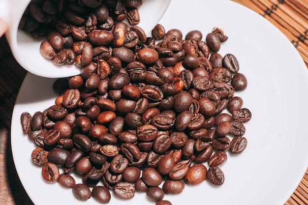 Zamknij się na stosie palonych ziaren kawy