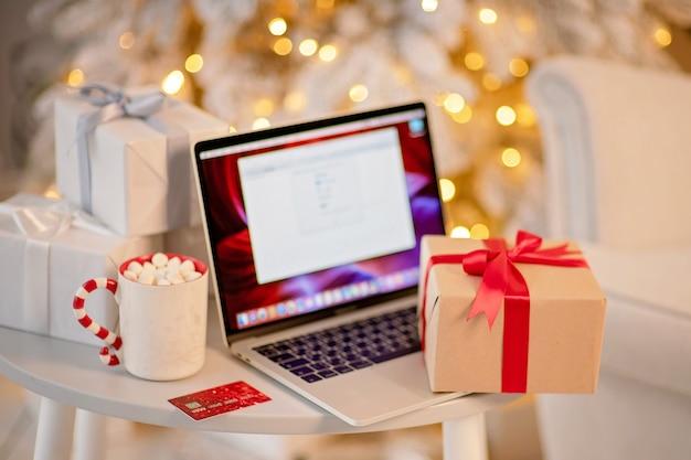 Zamknij się na świątecznie zapakowane pudełko świąteczne