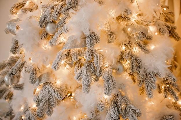 Zamknij się na świątecznym wystroju choinki