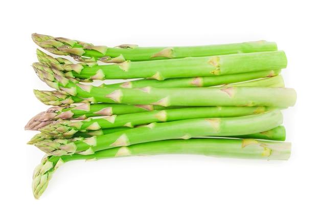 Zamknij się na świeże zielone szparagi izolowane