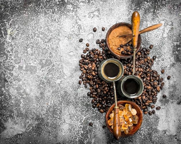 Zamknij się na świeżej kawie w turkach