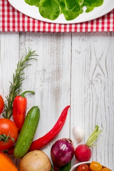 Zamknij się na świeżych warzywach na podłoże drewniane