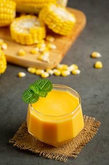 Zamknij się na szklance soku kukurydzianego gotowego do spożycia