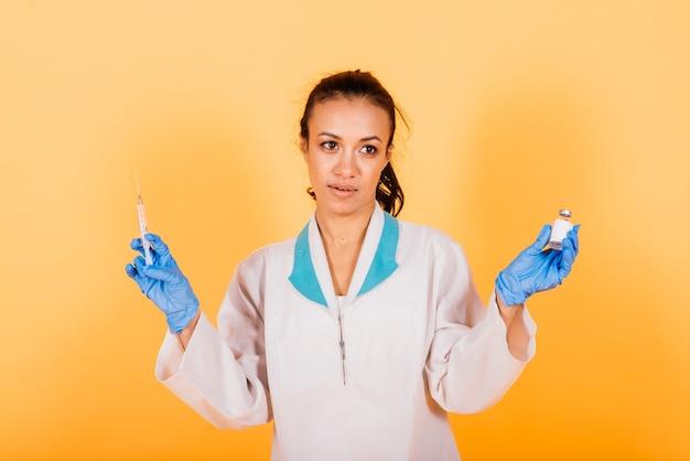 Zamknij się na vaccine. afroamerykanin naukowiec trzymający fiolkę ze szczepionką przeciwko koronawirusowi. sukces wirusologów, którzy wynaleźli szczepionkę przeciwko covid-19.