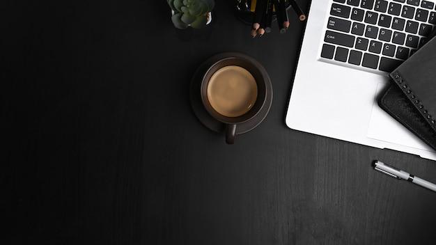 Zamknij się na współczesnym obszarze roboczym z laptopem, filiżanką kawy