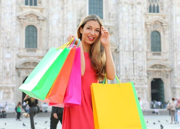 Zamknij się na zakupy kobieta w mediolanie we włoszech
