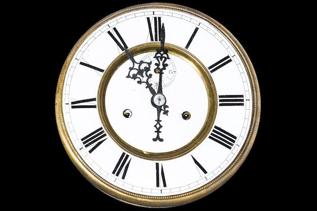 Zamknij się na zegar z cyframi rzymskimi na białym tle