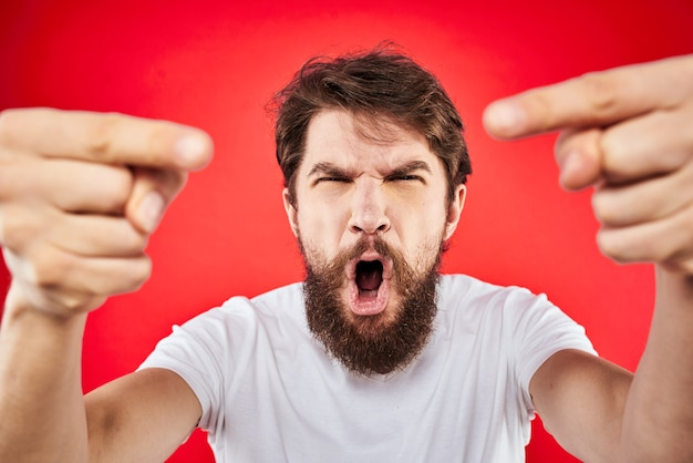 Zamknij się na zły młody człowiek z brodą na białym tle