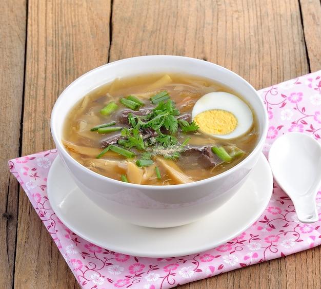 Zamknij się na zupę rybną z jajkiem w misce