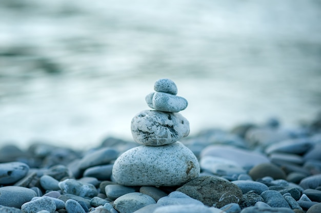 Zamknij się obraz kamiennej piramidy na zewnątrz górska rzeka na rozmytym tle