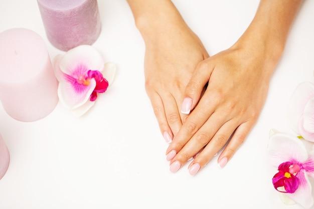 Zamknij się obraz kobiety za pomocą bufora do paznokci podczas manicure, polerowanie paznokci w domu.