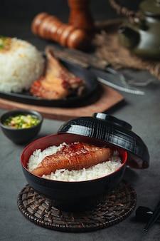 Zamknij się obraz pieczeń wieprzowa i gotowany ryż