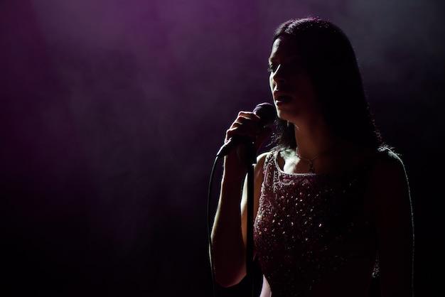Zamknij się obraz piosenkarki na żywo na scenie.