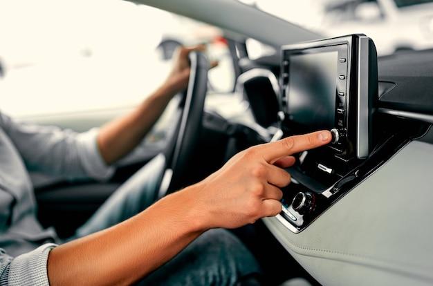 Zamknij się obraz ręka człowieka za pomocą systemu nawigacji podczas prowadzenia samochodu.