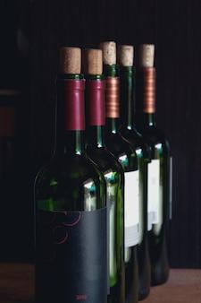 Zamknij się otwarte butelki wina gotowe do podania.