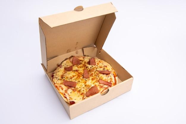 Zamknij się pizza w kartonie na białym tle dostawa pizzy. menu pizzy.