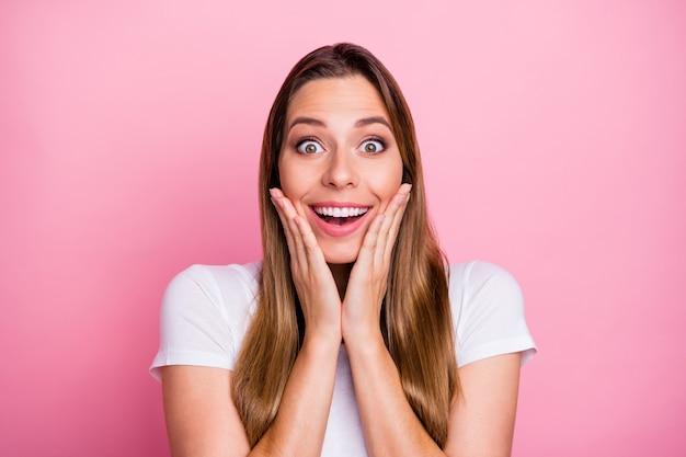 Zamknij się pod wrażeniem entuzjastycznej dziewczyny usłyszeć wspaniałe wiadomości sprzedaży w czarny piątek dotyk twarzy ręce krzyk nosić dobrze wyglądające ubrania