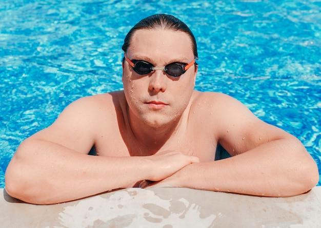 Zamknij się profesjonalny pływak w okularach na basenie