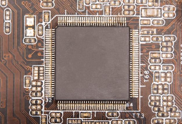 Zamknij się pusty mikrochip na płytce drukowanej.