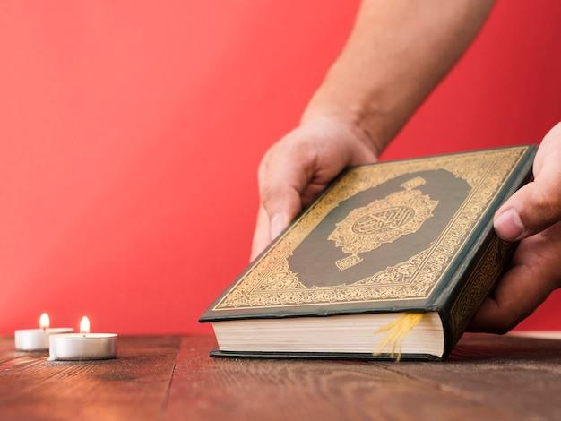 Zamknij się ręcznie podnoszenia koranu
