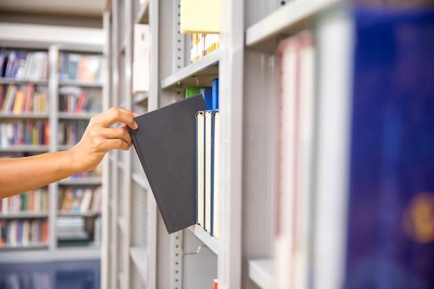 Zamknij się ręcznie wybierając książkę z półki.