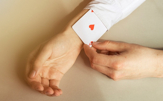 Zamknij się ręka mężczyzny, usuwając asa z rękawów