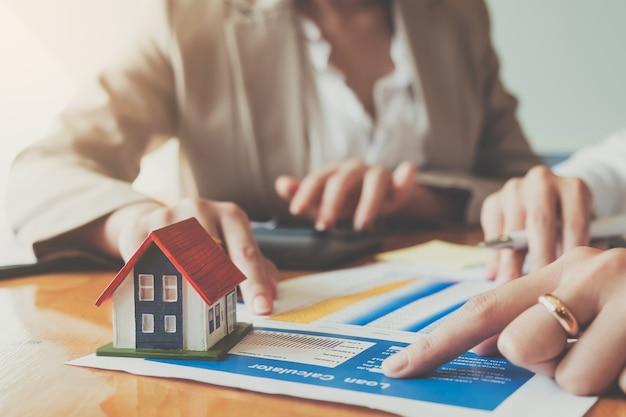 Zamknij się ręka podpisywania umowy bizneswoman ubezpieczenie ochrona domu