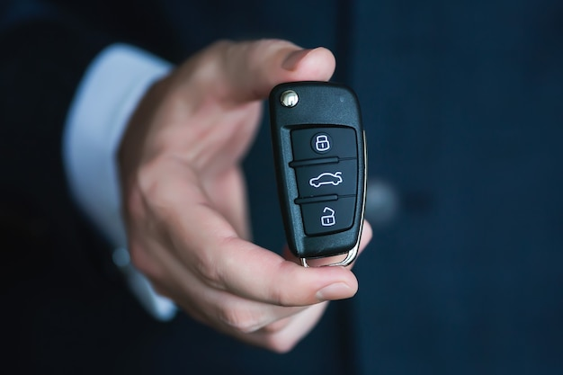 Zamknij się ręka trzyma kluczyk do samochodu.