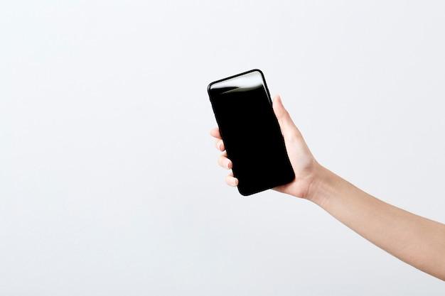 Zamknij się ręka trzymać smartphone
