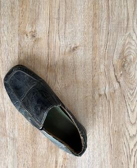 Zamknij się retro stare skórzane buty w stylu vintage na drewnianym blacie