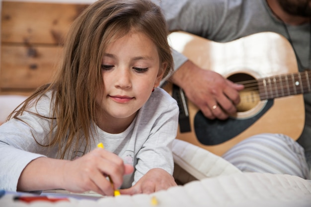 Zamknij się rysunek dziewczyny z tłem ojca