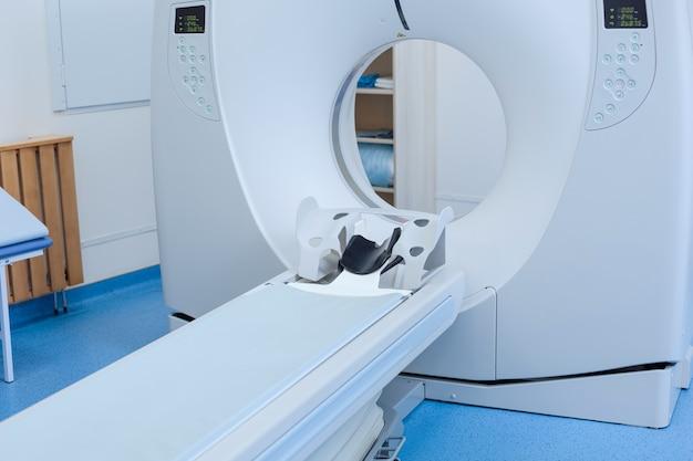 Zamknij się skaner ct gotowy do użycia stojącego w laboratorium szpitalnym