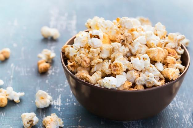 Zamknij się słodki popcorn karmelowy w misce