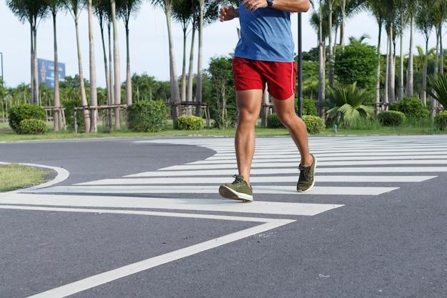 Zamknij się sport człowiek działa w godzinach porannych. koncepcja treningu.