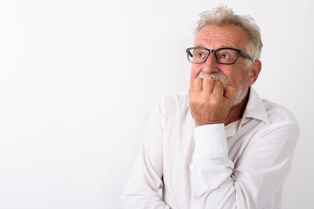 Zamknij się starszy brodaty mężczyzna, patrząc przestraszony, myśląc i obejmując usta na białym tle