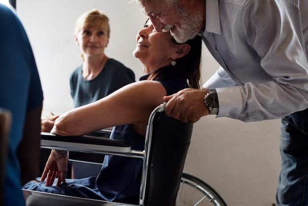 Zamknij się starszy mężczyzna i kobieta niepełnosprawna