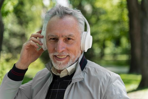 Zamknij się stary człowiek w słuchawkach