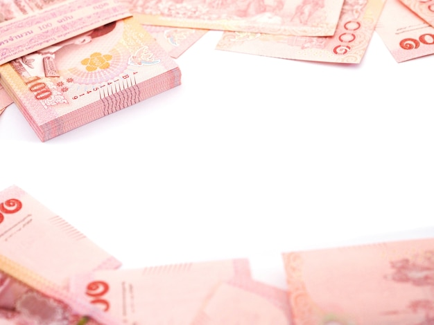 Zamknij się stos banknotów 100 bahtów tajskich na białym tle, widok z góry.