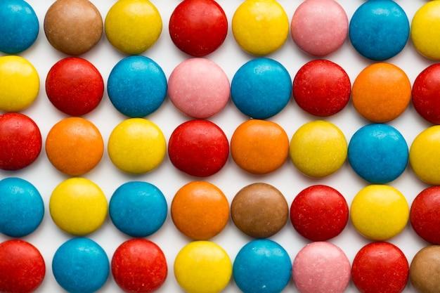 Zamknij się stos kolorowych cukierków powlekanych czekoladą, wzór czekolady, tło czekolady