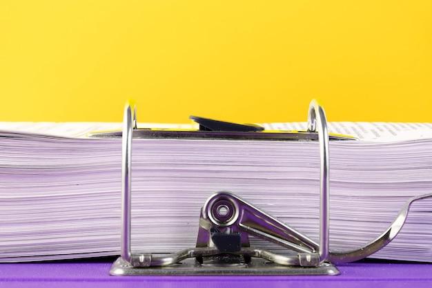 Zamknij się stos niedokończonych dokumentów oczekujących na weryfikację na żółto