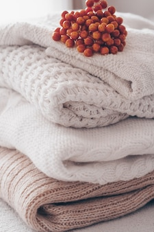 Zamknij się stos przytulnych swetrów z dzianiny