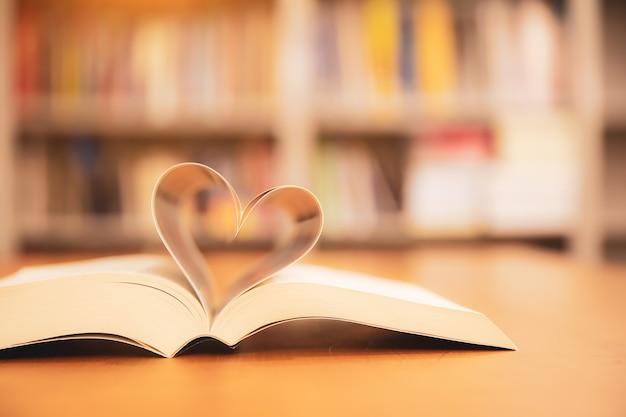 Zamknij się stronę książki w kształcie serca.