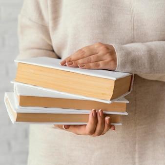 Zamknij się studentów posiadających książki