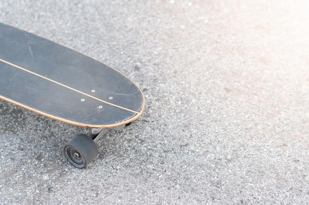 Zamknij się surfować skate lub deskorolka na skate parku sporty ekstremalne.