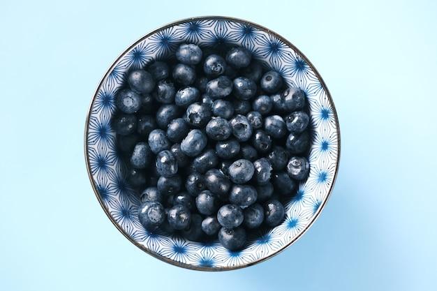 Zamknij się świeże niebieskie jagody z kroplami wody.