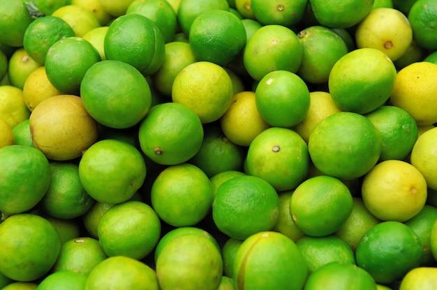Zamknij się świeże soczyste limonki na stosie